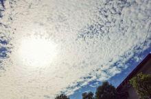 三清山的清晨胜美! 优质的空气,温暖的阳光。 在金沙的某个角落藏着一个环境优美,设备齐全且安静的民宿