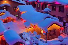 """""""中国雪乡""""景色秀丽、民风淳朴、气候独特,皑皑白雪在风力的作用下随物具形,千姿百态,将雪乡的夜景装点"""