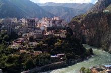 日隆镇规模不大,是一座位于川西北地区的藏族小镇,这里依山傍河,群山环抱,景色宜人,它与国道相邻,是去
