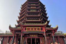 老君阁位于青城山第一峰绝顶,海拔高1260米。老君阁阁基宽四百平方米,共六层。下方上圆.寓意天圆地方