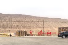 火焰山是一座寸草不生的岩石山,周围是戈壁沙漠,新疆昼长夜短日照时间长,白天的高温完全被山石及沙漠吸收