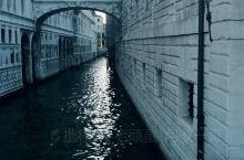 圣马可广场往下走,在总督府的后面就是世界上三大著名的''叹息桥''之一,建于1603年的威尼斯叹息桥