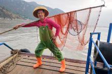 3人100包了一条船,57岁的船老大陈立金,有模有样的表演摆拍,值得………