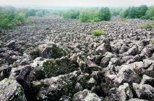 火山口附近的火山石