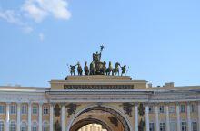 俄罗斯随手拍18-圣彼得堡宫殿广场及建筑群  圣彼得堡总参谋部大楼 是历史悠久的建筑与凯旋门相连,坐