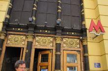 4月29日下午。为了观赏,特地去乘了几站莫斯科地铁。逛了莫斯科最著名的步行街:阿尔巴特大街。此街有不
