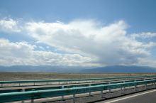 新疆伊犁包车之旅,从乌鲁木齐到赛里木湖的路上。 一早我们从头宫到血站附近集合出发,这是长途跋涉的一天