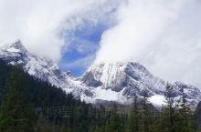 位于四姑娘山景区内的布达拉峰海拔超过了五千米,山顶终年白雪皑皑,它是当地藏民心中的神山,护佑着一方平