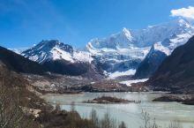 波密境内的米堆冰川是世界上海拔最低的冰川。看一看洁白的冰川,心中多余的负面情绪也仿佛被这片圣洁给吸走