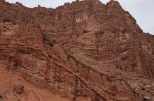 到新疆,不管是南疆还是北彊,光一座天山就够我们认真品味了。不同的方位,不同的时空,不同的角度,她总能