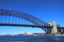 澳大利亚悉尼著名的悉尼港 有悉尼大桥和悉尼歌剧院两大著名标志 最佳的玩法是坐船 可以是公共交通的摆渡