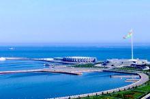 """巴库,靠着里海、位于东欧和西亚的""""十字路口""""。名字是""""火焰之城""""的意思。非常漂亮的海滨城市。港口的旗"""