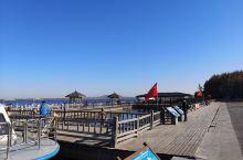 白龙湖是五大连池国家地质公园的常规景点,一般旅行社带着游玩五大连池都会安排乘坐白龙湖游船。如果是自由