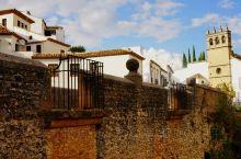 从龙达新桥的右岔路口进去便来到了新城小镇中心地带,这里有市政厅,圣玛利亚教堂,桑塔伊萨贝尔修道院等。