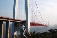 坝陵河大桥位于贵州省安顺市高原重丘区,是沪瑞国道主干线上跨越坝陵河大峡谷的第一座特大型桥梁。该桥为主