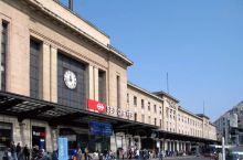 去年瑞士每人平均乘坐火车59次,里程数累计达2288公里,继续蝉联乘坐火车的世界冠军。来到火车站,大