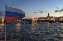 沿着涅瓦河与涅瓦大街穿梭,欣赏夜色下的圣彼得堡,随后返回港口乘坐游船,夜游涅瓦河。屏住呼吸,准备好照