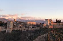 西班牙格拉纳达的阿尔拜辛区,在尼古拉斯教堂附近有个观景台很著名,能眺望对面背靠内华达雪山的阿宫。观景