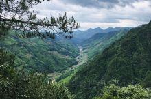 神龙谷 自山顶沿瀑布蜿蜒而下,3段瀑布落差合300余米,户外酷暑,谷中清凉。步道沿山盘旋向下,内靠山