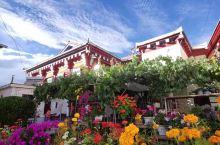 颠簸一路,终于来到道孚鲜水镇,小村小寨都风格超赞,蓝天白云之下,青山黛色背景,红墙白顶藏族人家。最惊