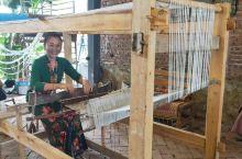 美丽的西双版纳,傣族织锦使用的木制织机,整体是一个长方体的框架,机长在2 米左右,并有四个脚支撑起来