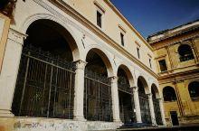 罗马''圣彼得镣铐教堂''位于斗兽场东侧马路对面的Cavour大街中段旁边的一个小山坡上,沿着几十级