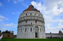 比萨洗礼堂,又名叫圣若望洗礼堂,是位于比萨奇迹广场左边的一座圆形的建筑,建筑是罗马式和哥德式风格的混