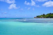 塞舌尔的拉奇奥海滩,海水是通透的,分层的,呈蓝色、绿、淡绿,画面漂亮得,让人不想打绕她
