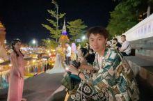 """""""湄公河·星光夜市""""就像一个满载着梦的温床,有的人在这里入梦,开始崭新的人生;有的人在这里醒来,却依"""