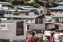 甘南, 除了高反,藏区的一切都有 经幡飞舞,庙宇林立 随处可见黄帽红袍的僧人 磕长头的佛教徒络绎不绝