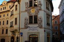布拉格老城里分布着好多位于精美历史建筑中的酒店,这些酒店位置绝佳,规模不大,房间也不多,但是好多都设