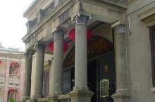 海天堂建于1921年,位列鼓浪屿十大别墅之一,是按照中轴线对称布局的别墅建筑群,为菲律宾华侨黄秀烺购