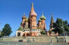 圣瓦西里升天教堂,以九个形态和颜色各异的洋葱头教堂顶闻名于世,堪称克里姆林宫和红场一带的地标建筑。