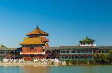 清明上河园主要建筑有城门楼、虹桥、街景、店铺、河道、码头、船坊等。园区按《清明上河图》的原始布局,集