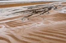 与小晧海滩在风雨中相约,拥抱大海,迎接猛烈的海风,在滩涂上嬉戏玩耍,愰如回到童年[Joyful]