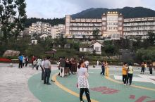 英山桃花溪避暑度假小镇的业余活动很丰富,棋牌中心,乒乓球室,图书室,健身广场,放电影应有尽有。每天早