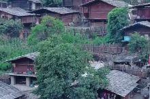 云南同乐村,几百户群居在斜坡上