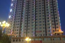 夜幕下的汉中大街显得繁花似锦,婀娜多姿,气候温润,美食小吃品种多样,因历史上是入川的必经之路,所以口
