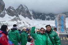 两位老可爱登顶玉龙雪山,身体棒棒的