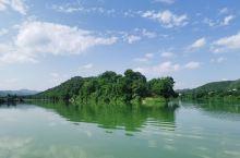 封开大洲镇龙皇岛公园    龙皇岛是贺江和东安江水交汇处的一个半岛,状似龙头因此又被称为神龙出海。