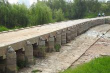 明代古石桥,横跨淇河,不过河道已干涸,有两段,中间的石板路有明显车辙痕迹。