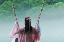 湖起水雾胜仙境,粉衣娘子似嫦娥