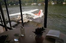 Berowra water inn是一家水上飞机餐厅。依水而建,陆地上到不了,来这里就餐的话需要搭乘