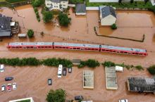 一列在洪水中的火车