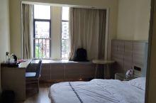 以前没装修之前来住过,现在新装修了感觉挺不错的,房间挺干净的,服务也很周到,加上如果是出差的话环境也