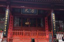 少林寺方丈会客地,亮灯即代表方丈在里面,我们等了一会儿,满心期待,可惜没有见到方丈