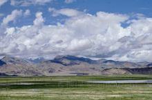"""班公湖是中国和克什米尔地区的界湖,藏语意为""""明媚而狭长的湖""""。面积不是最大的,湖水也不是最蓝的,但是"""