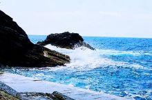 美丽的地中海五渔村,蔚蓝清澈的海水和岸边巨大的礁石碰撞出浪花,在岸边嬉戏又增添许多乐趣。只可惜条件简