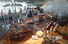 悉尼新地标 crown sydney 新开的自助餐厅 前需要预约,到了酒店大堂会有服务人员领上楼,应