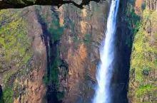 为了呈现埃塞俄比亚里夫特谷的壮观景色,直升机冒险飞下深坑拍下,能分享给大家,值了! 埃塞俄比亚·非洲